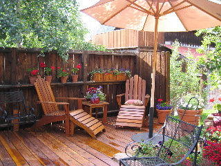 Backyard with two seats and a parasol