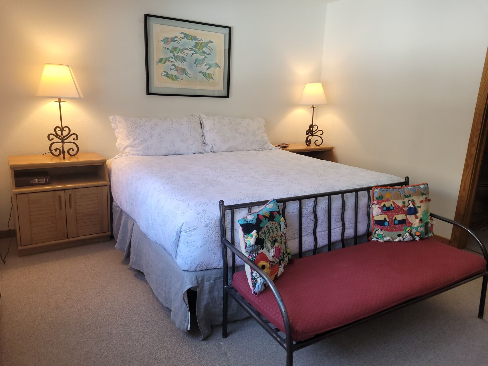 Bedroom with a double bed, a bench and nightstand