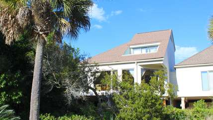 735 Spinnaker is a short walk to the club, pools, golf, and dining.