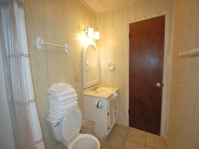 Full Guest Bathroom in our Bellingrath Rental