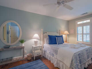 Cheery room with ceiling fan