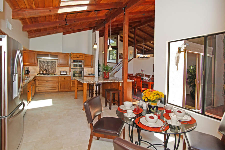 Spacious Kitchen with Breakfast Room