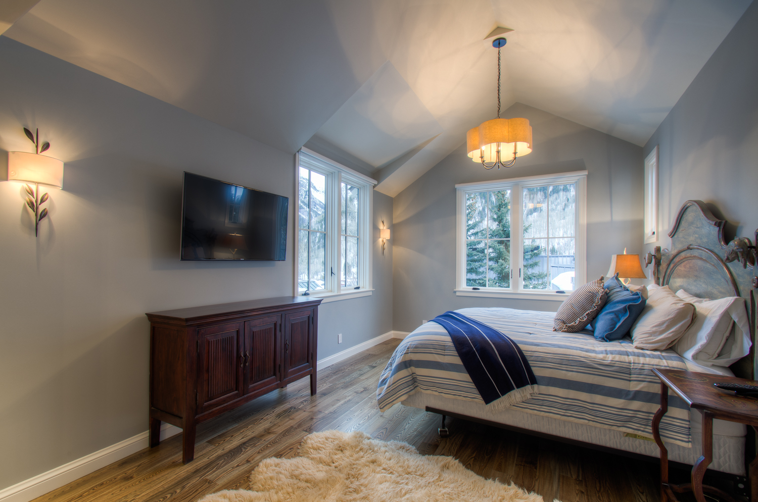 Bedroom with Flat-screen TV and Views of Outside at Miles High