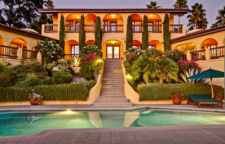 Dramatic entrance to the pool