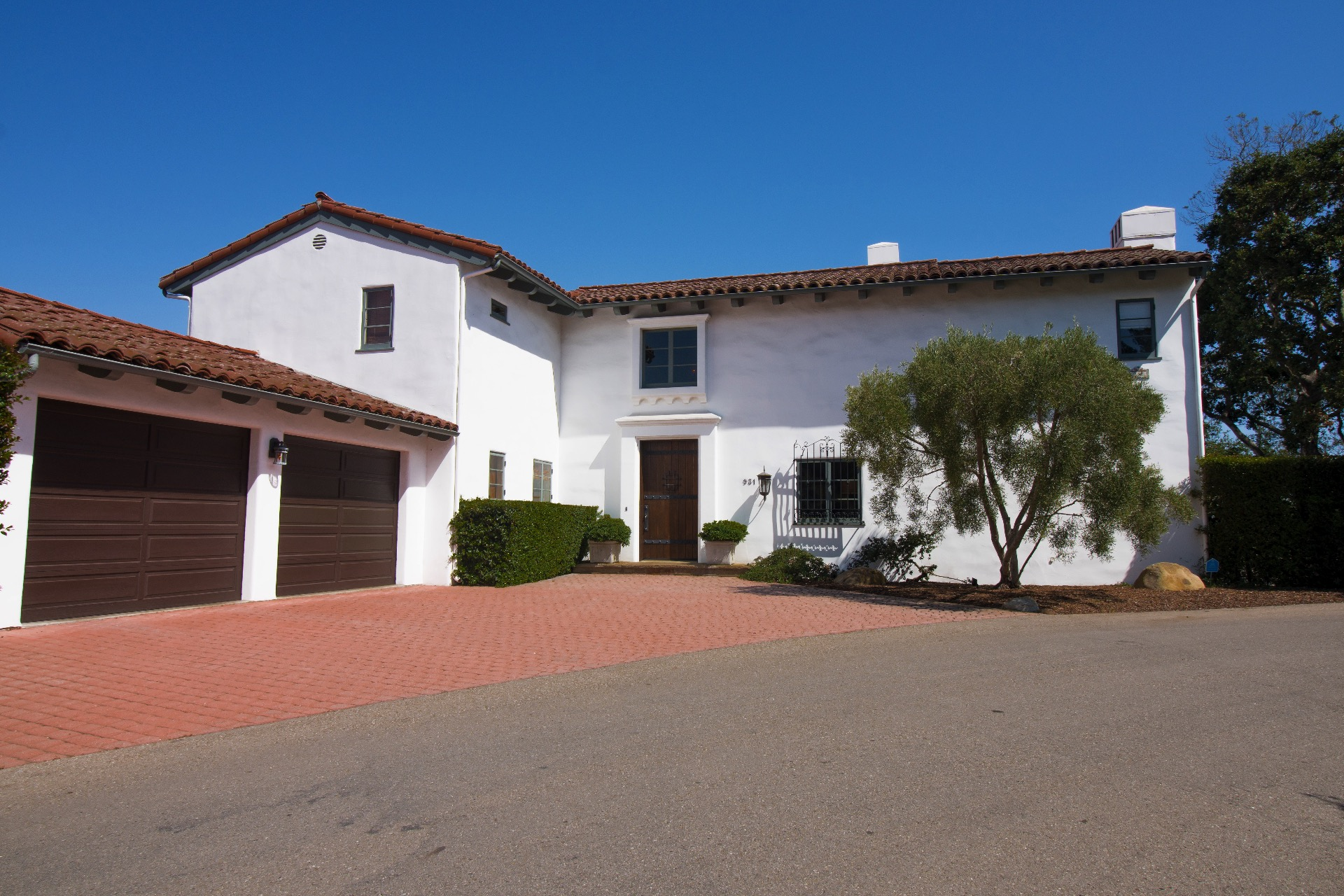 Front of home with 2 car garage