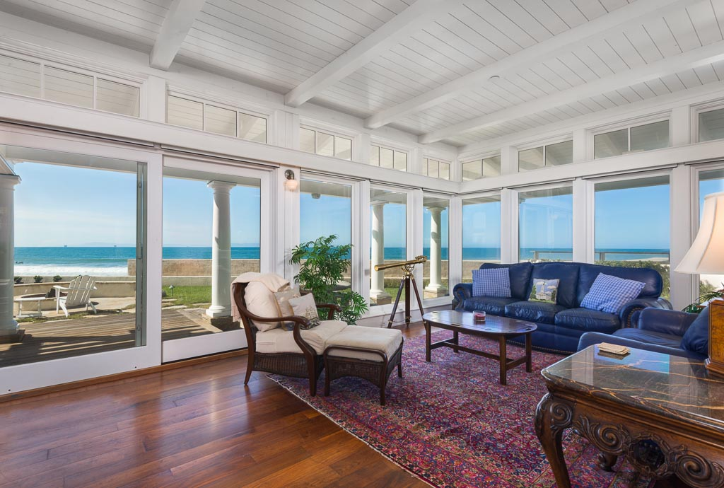 Bright with great ocean views in parlor
