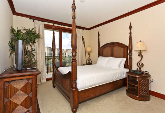 Master Bedroom with Queen Size Bed and Private Access to the Lanai