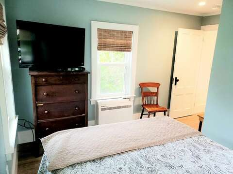 flat screen tv, and a Queen bed. Located just off of the kitchen - 38 Pleasant Street Harwich Port Cape Cod New England Vacation Rentals
