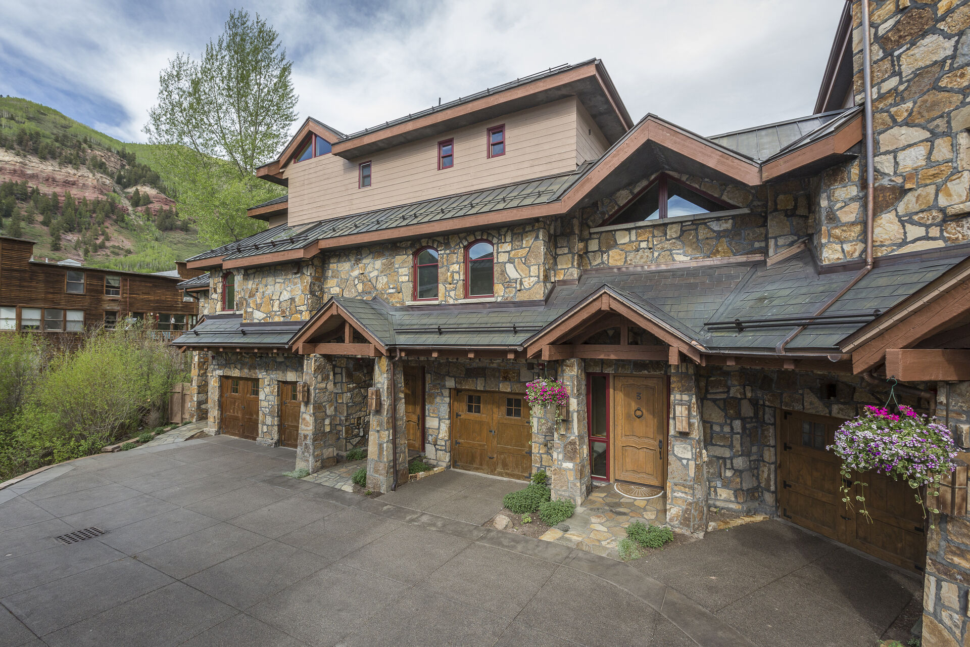 The exterior of this Colorado Mountain vacation rental.