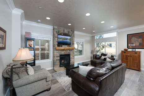 Large Living area/gas fireplace/tv