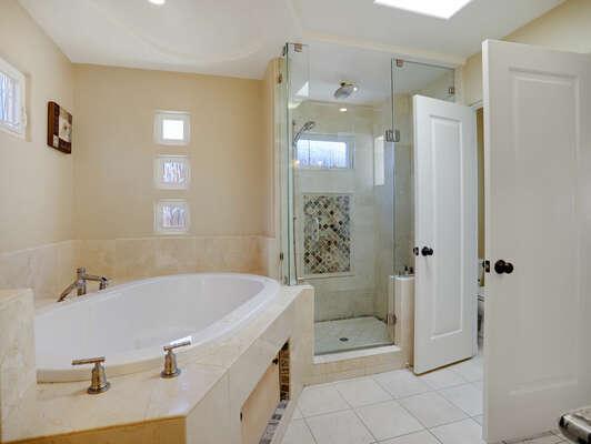 Large Master En-Suite Bathroom w/ Tub & Shower