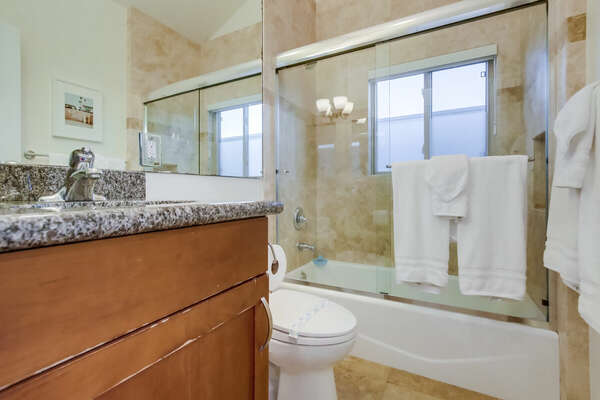 Full guest bath with tub/shower