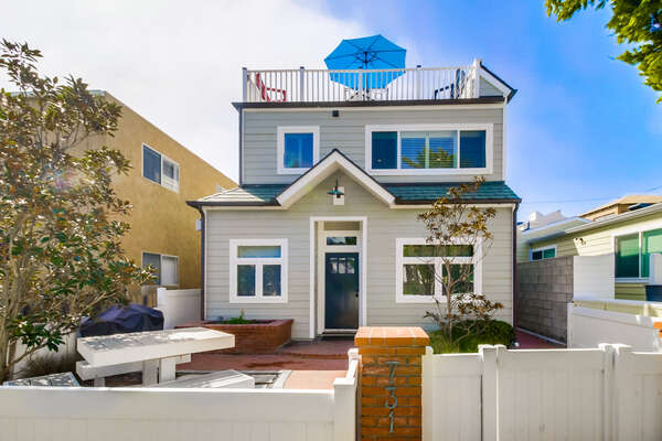 Kennebeck729/731 is a duplex in North Mission Beach with an adjoining door between the two homes.