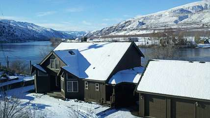Gorgeous waterfront home on the Columbia River - amazing any time of year!