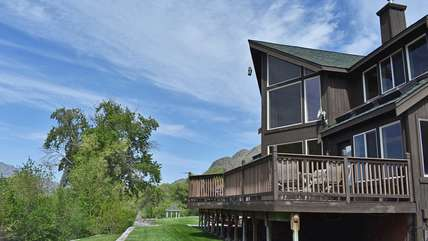 Columbia River House with 500' Low-Bank Waterfront, Grassy Yard, Horseshoe Pit