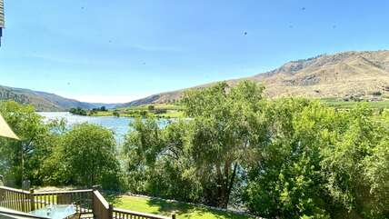 Enjoy the serene lifestyle on Lake Entiat / Columbia River, yet just 7 minutes from Chelan!