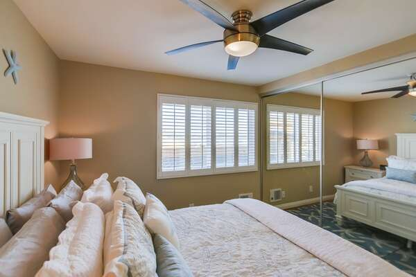 Large Bed, Nightstand, Ceiling Fan, Lamp, and Mirror Closet Doors.