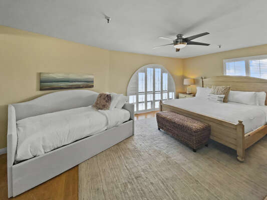 Bedroom with Large Bed, Twin Daybed + Twin Trundle, Ceiling Fan & TV