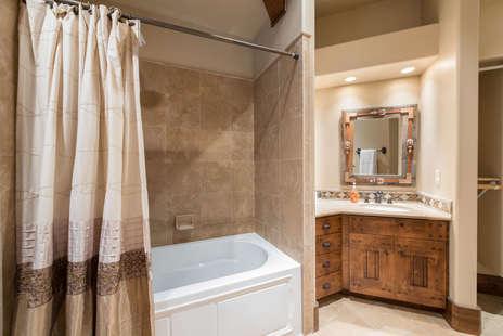 6th bedroom en-suite full bath