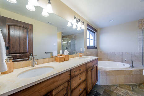 Master Suite ensuite full bath with jetted tub