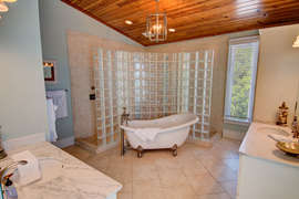 Third Floor Queen bedroom Private Bath
