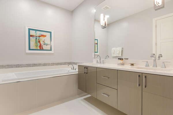 Ensuite bathroom to master suite 4