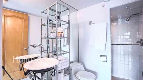 Full bathroom shared by bedrooms 4 & 5