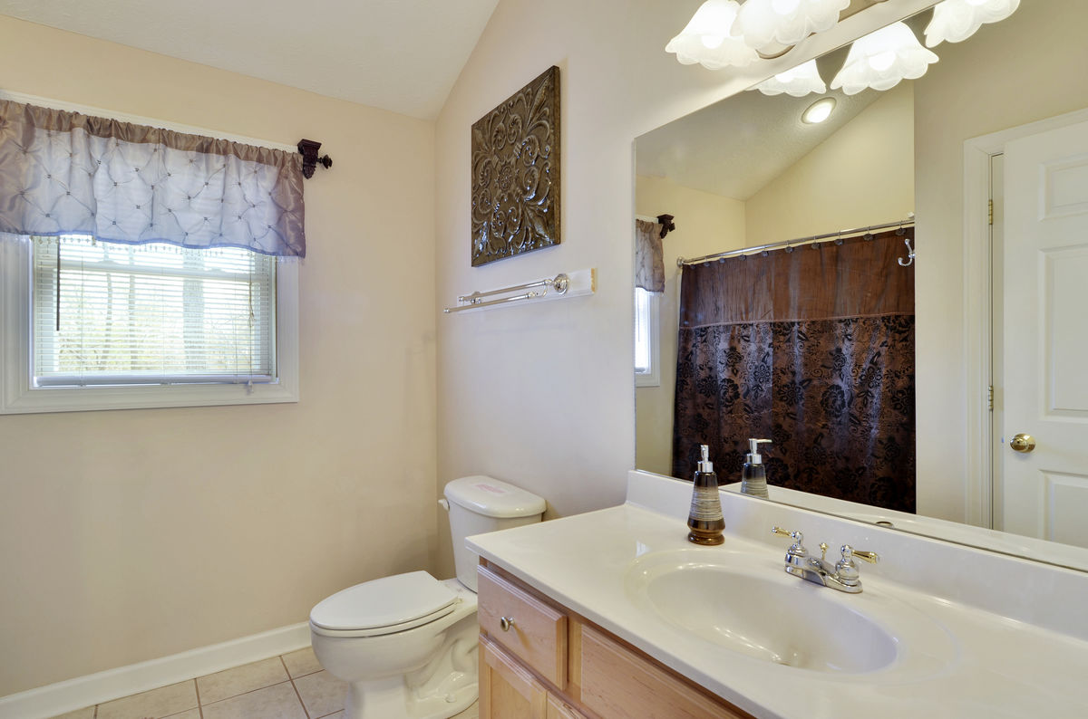 Upper Level Full Bath with Shower/Tub Combo