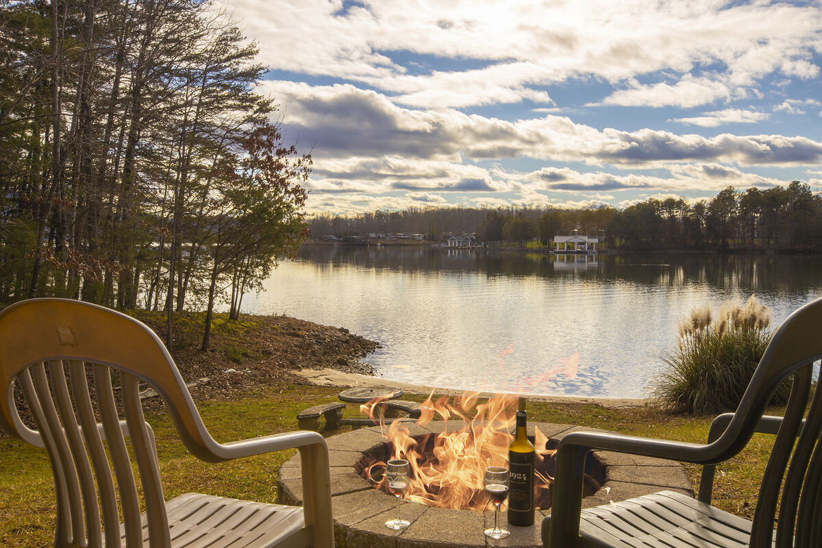 Enjoy the firepit by the Lake