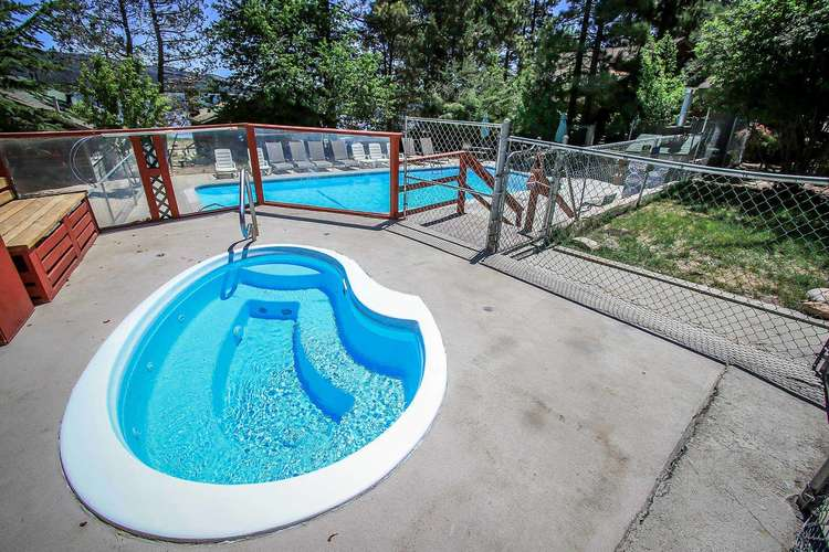 Seasonal Lodge Spa/Hot Tub Available For Guests