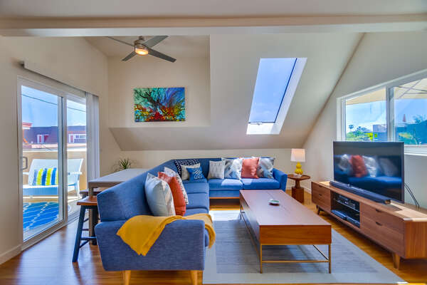 Living Room with Sky Light, Flat Screen TV & Large Sofa in our San Diego Mission Beach Rental