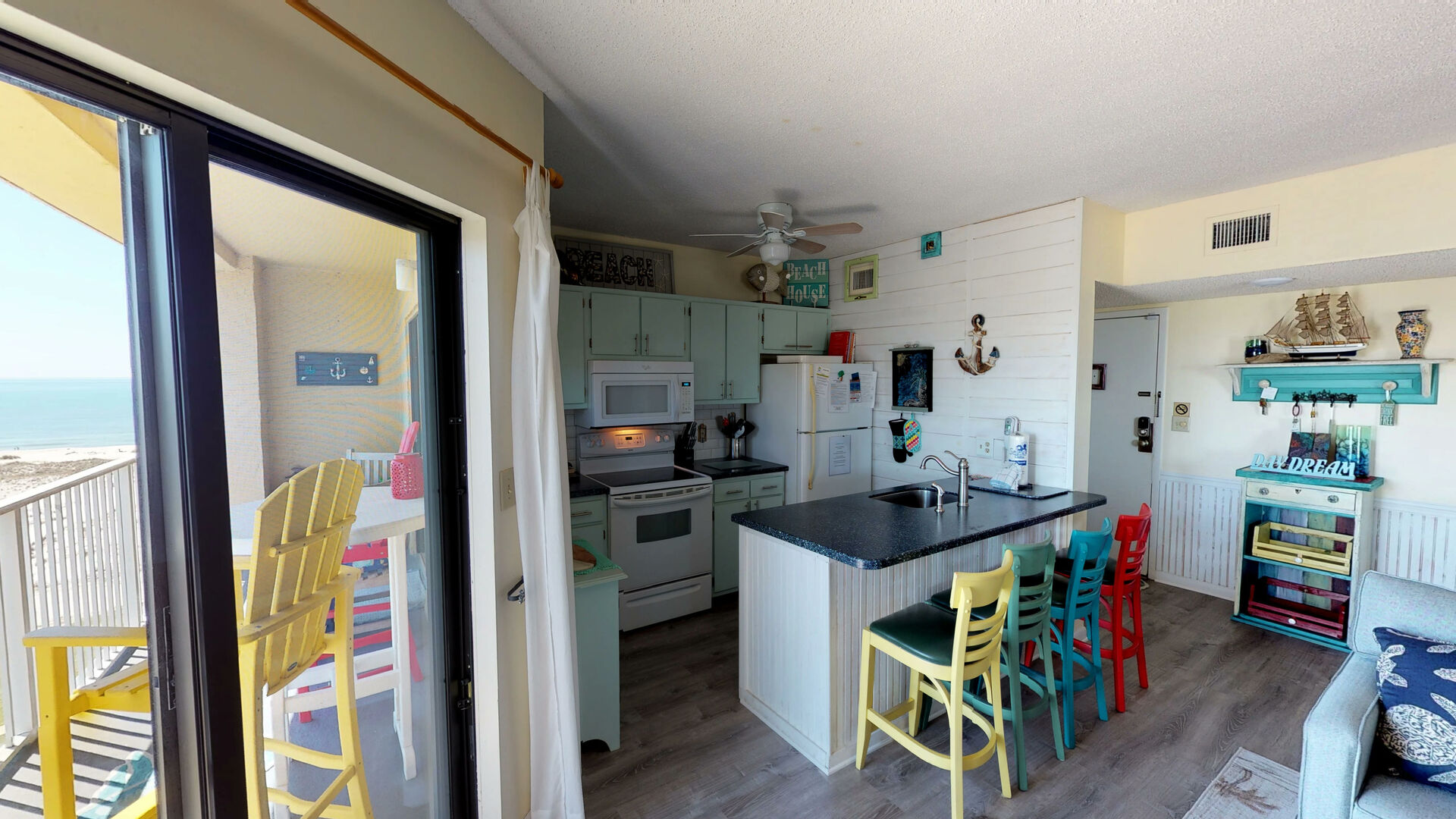 Fully equipped Kitchen with Island seating for four