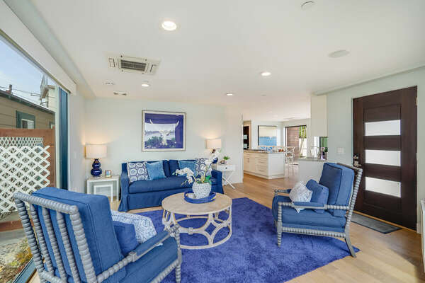 Living Room w/ Bay Views & Queen Sofa Pullout Bed