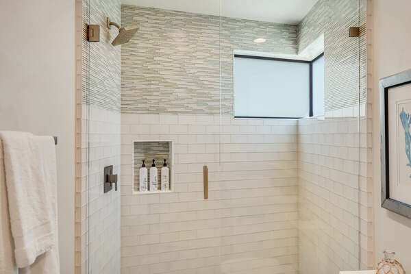 Master En-Suite w/ Walk-In Shower