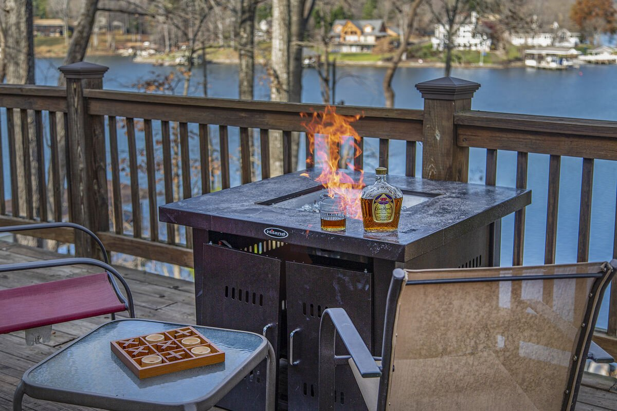Relax with the Firepit Overlooking the Lake