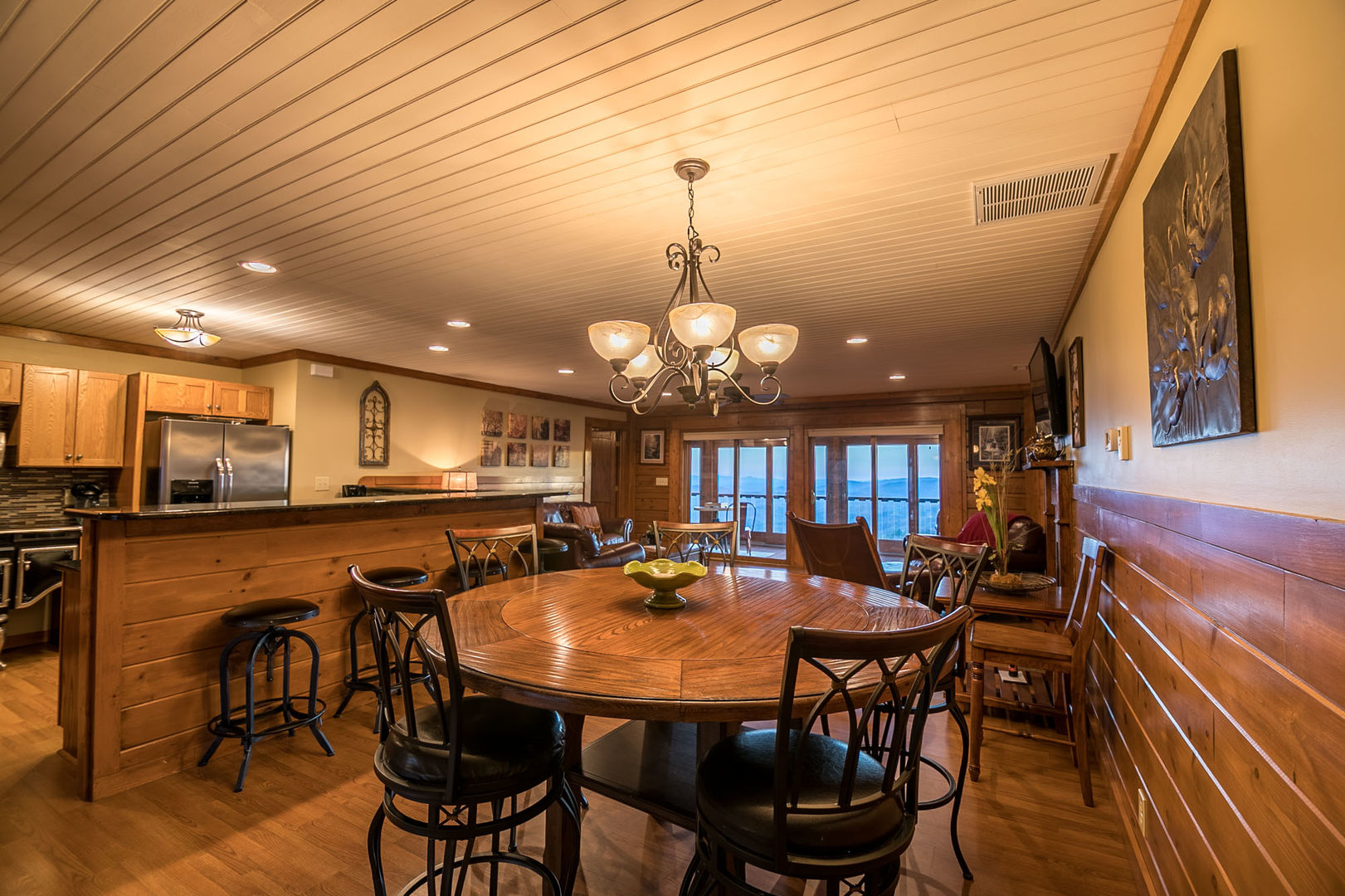 Dining area with up to 6 place settings