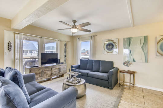 Reel Me In offers a great living area with a flat-screen TV and canal view