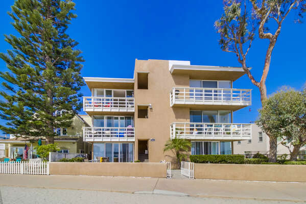 Front Picture of our San Diego Mission Beach Rental.