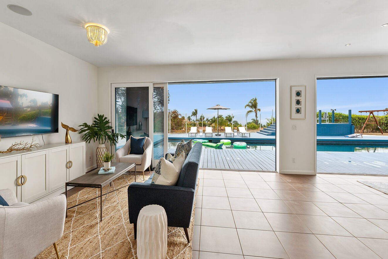 From the entry, welcome the view of the ocean, Mission Bay, Sea World and your own private oasis.