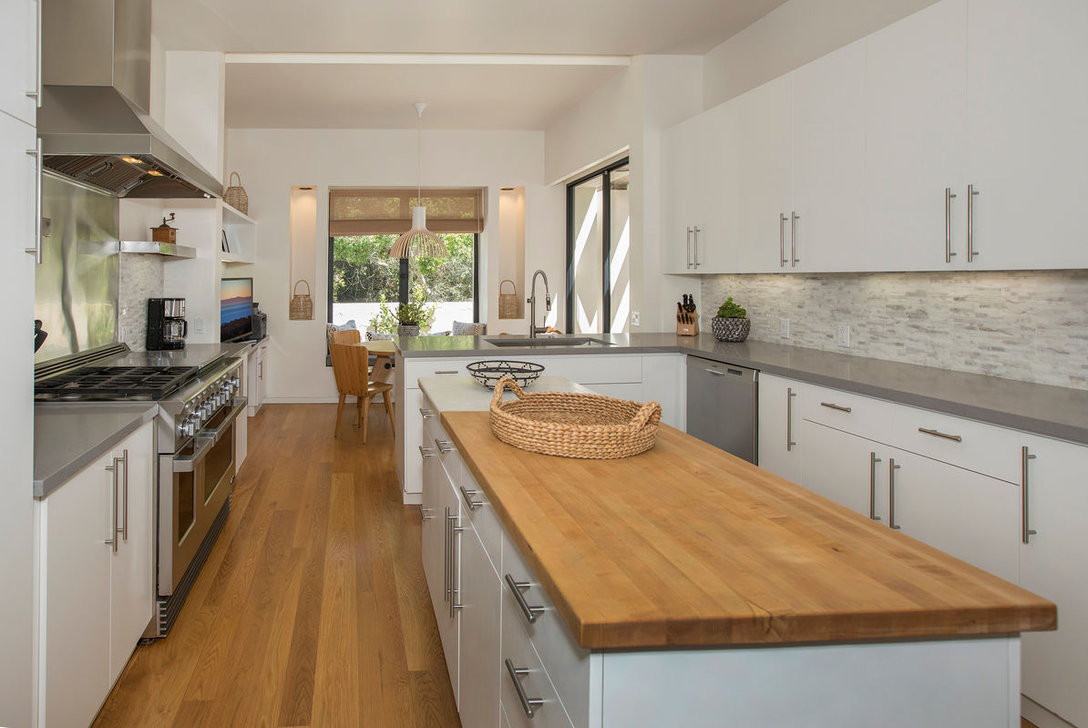 Gourmet Kitchen w/ample counter space