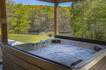 Enjoy Beautiful Lake Views From Hot Tub.