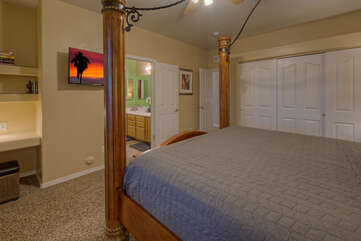 Sleeping choices include king beds in 5 of 6 bedrooms, 2 queen beds in one bedroom and 2 queen sofas.