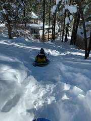 Lots of sledding options around the corner (2-5 minutes walking)