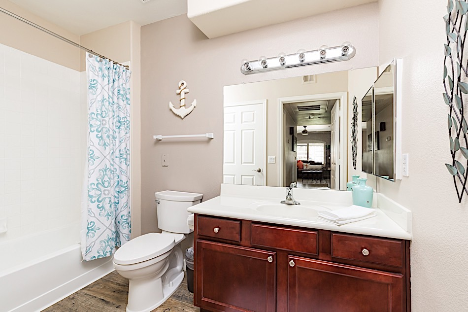 Guest bathroom w/ tub & shower combo