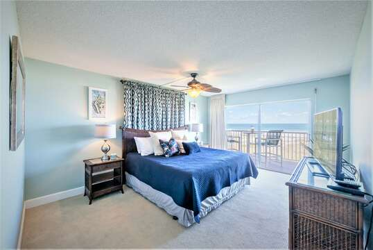 Huge Master bedroom with private oceanfront balcony, King bed, ensuite, flatscreen TV & walk in closet,