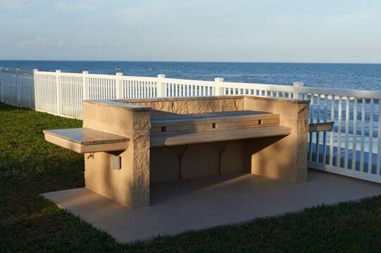 Overlook the ocean while BBQ'ing dinner. There are 2 BBQ stations