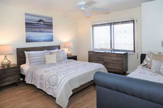 Guest bedroom with a queen and a trundle bed with 2 singles (see next picture). This bedroom can sleep 4