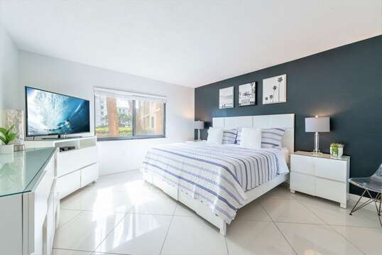 King master bedroom with ensuite bathoom. 50