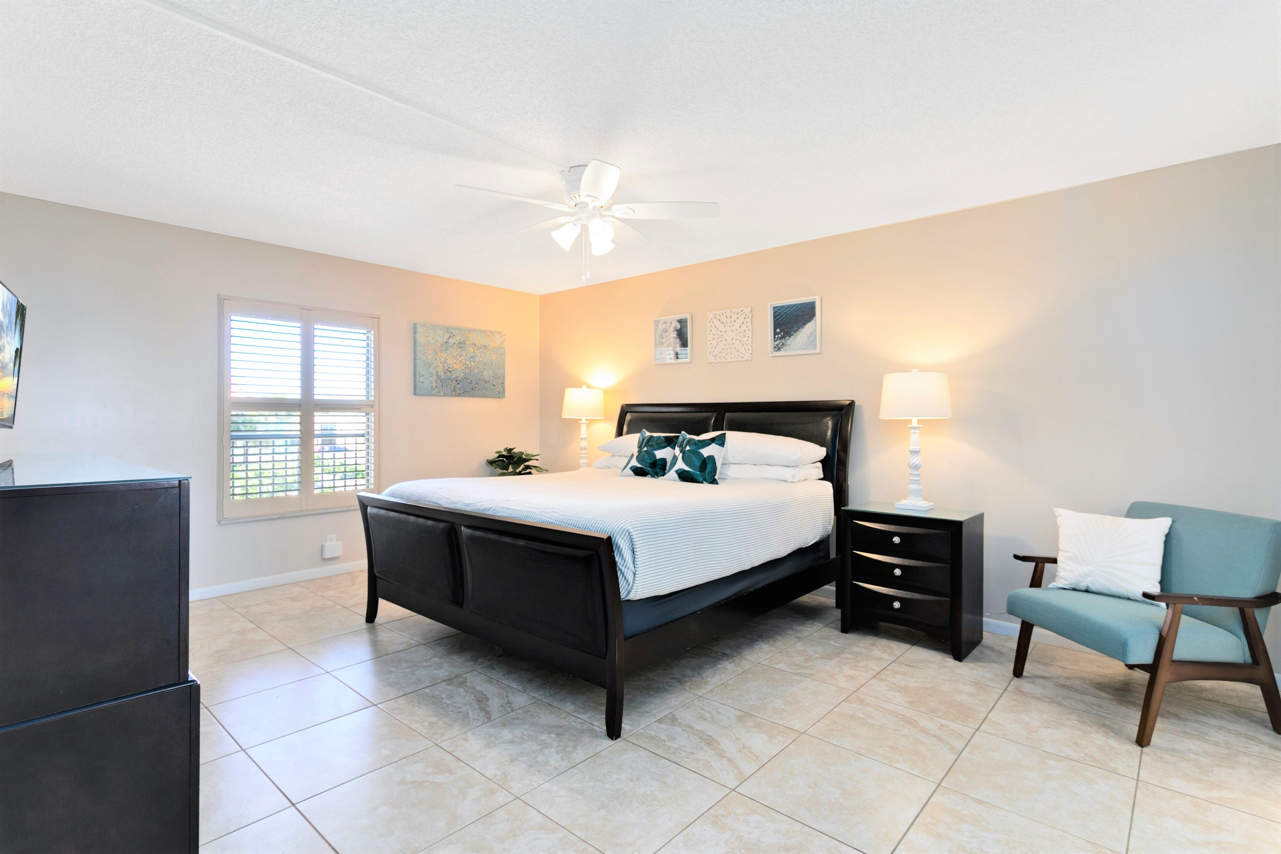 Master Bedroom with king bed, ensuite, closet & 50