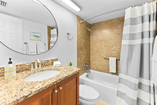 Master ensuite with tub/shower